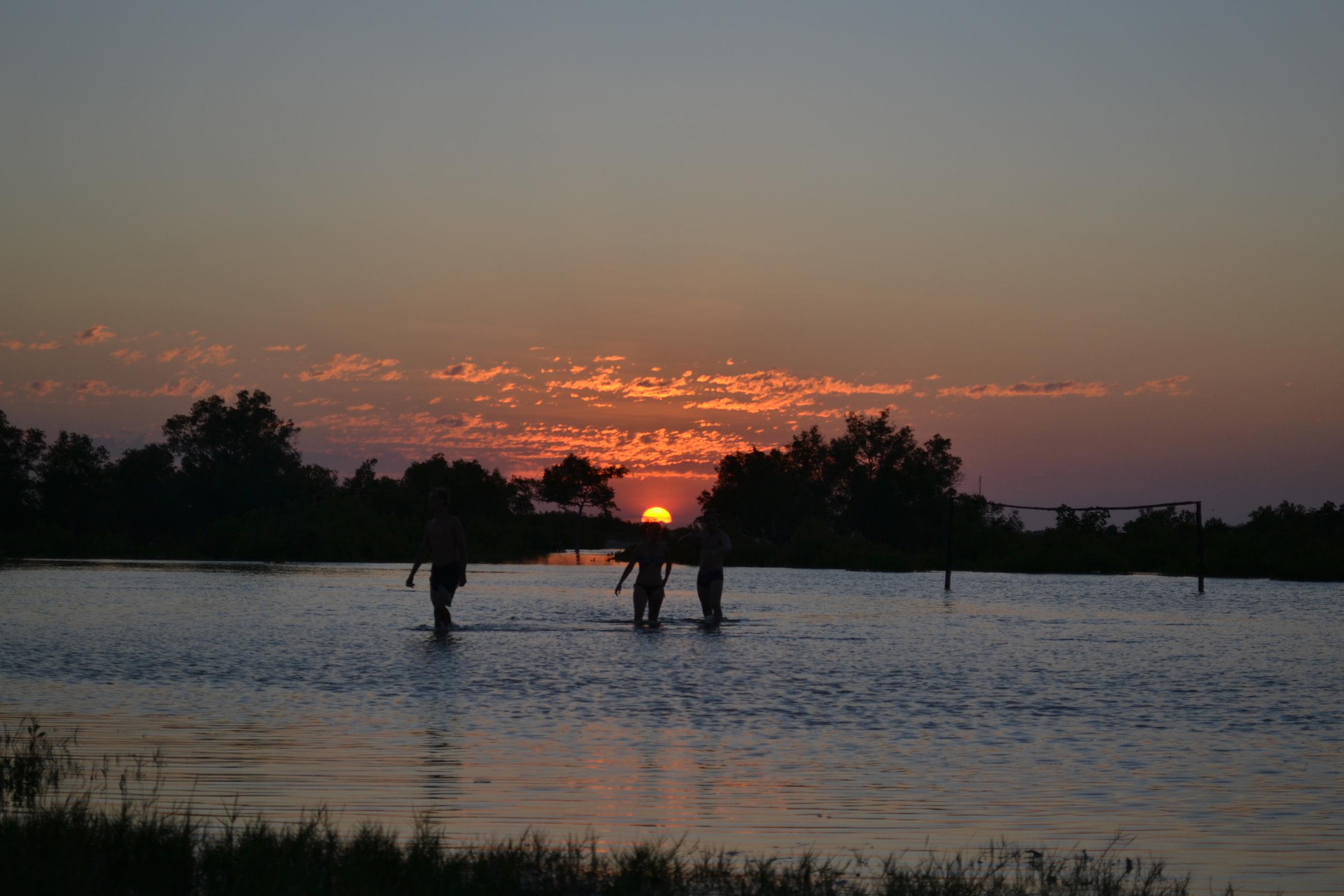 Morondava - beignade au coucher du soleil